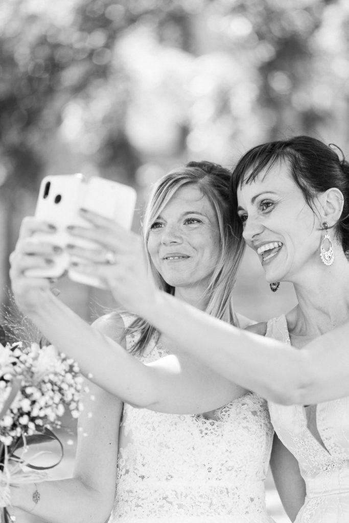 La mariée et une de ses demoiselles d'honneur